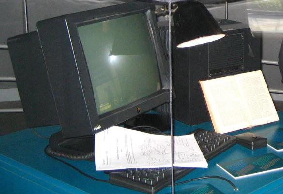 Tim Berners-Lee' erster Webserver des World Wide Web. Dieser kann im Microcosm, dem öffentlichen Museum des CERN in Genf besichtigt werden.